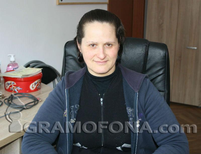 Хубавата Татяна става преди изгрев, за да чисти тоалетни в Бургас