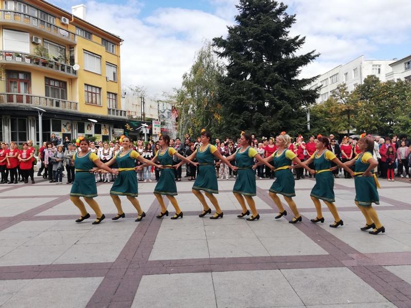 10 състава и десетки жители на Бургас се включиха в организирано от ГЕРБ фолклорно надиграване