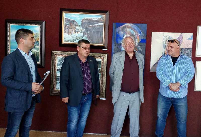 Трима значими бургаски творци спретнаха изложба в Камено