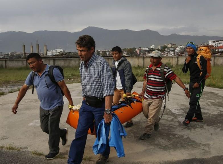 Седем алпинисти загинаха на Еверест за седмица заради задръстване