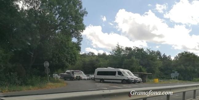 Входът на Отманли блокиран от паркирани автомобили, част от протестиращите се местят в Бургас