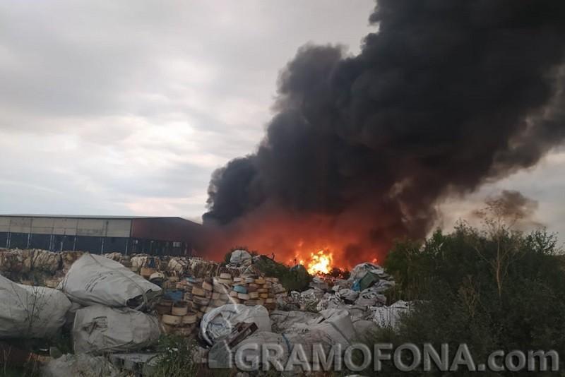 Пожар в завода за пластмаса в Средец, трети час огнеборците не могат да овладеят стихията