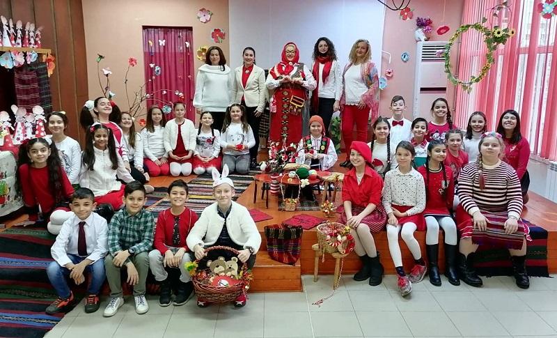 """Четвъртокласници от СУ """"Петко Росен"""" подготвиха мартенички  за деца от три детски градини"""