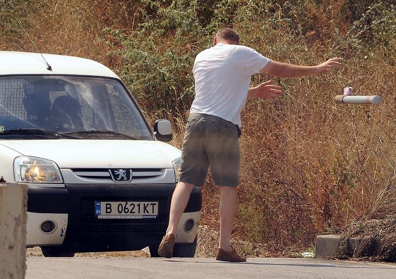 Наглост: Шофьор изкърти колчета, за да излезе от пешеходна алея