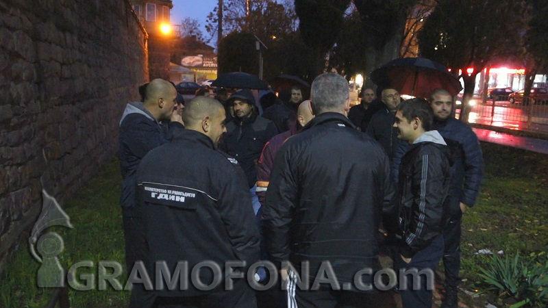 Директорът на затвора в Бургас сред протестиращите надзиратели