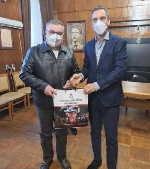 Кметът на Къркларели дари маски и предпазни гащеризони на община Бургас