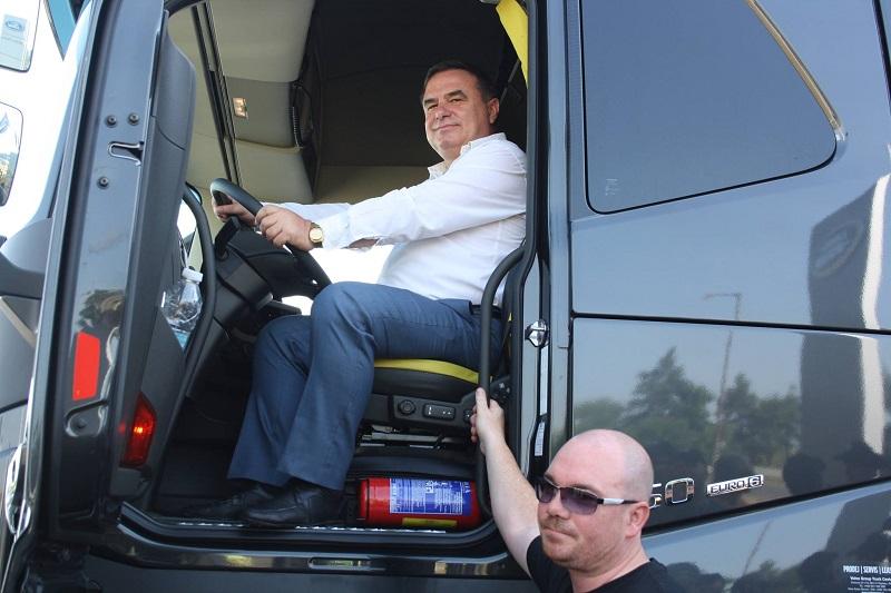 Заместник-кмет подкара камион