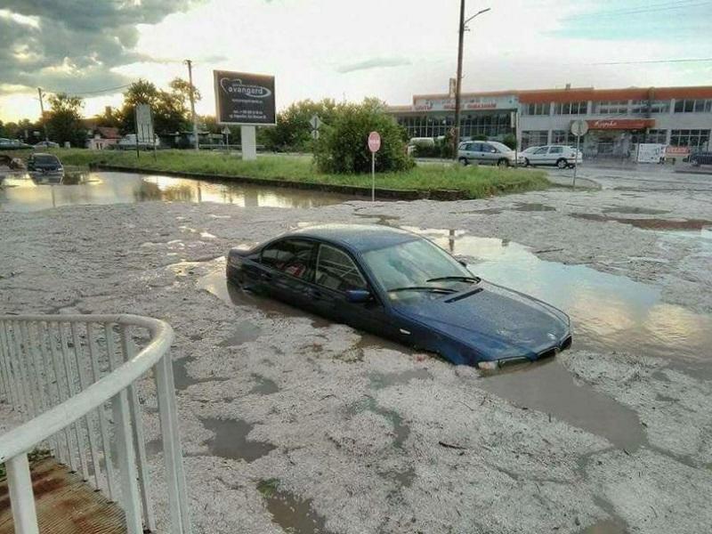 Силна буря и градушка в Карнобат наводниха улиците и повредиха училището