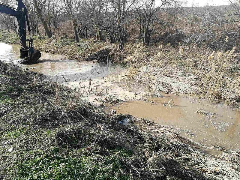 Община Бургас почиства затлачените при наводненията дерета и речни корита