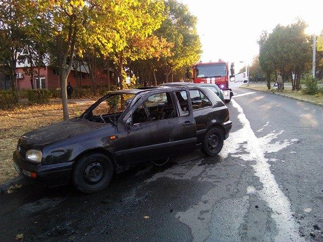 Кола пламна до училище