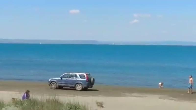 Турист премина с джип през плажа на Вромос
