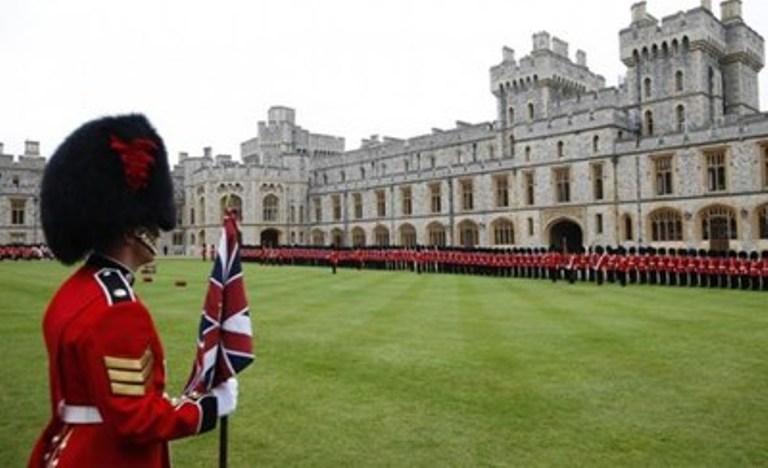 Петима от охранителите на Елизабет II са арестувани пияни след побой