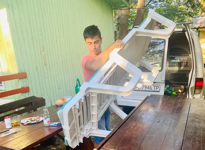 Срам: Пловдивчанин дойде на море, хванаха го да краде шезлонг от плажа