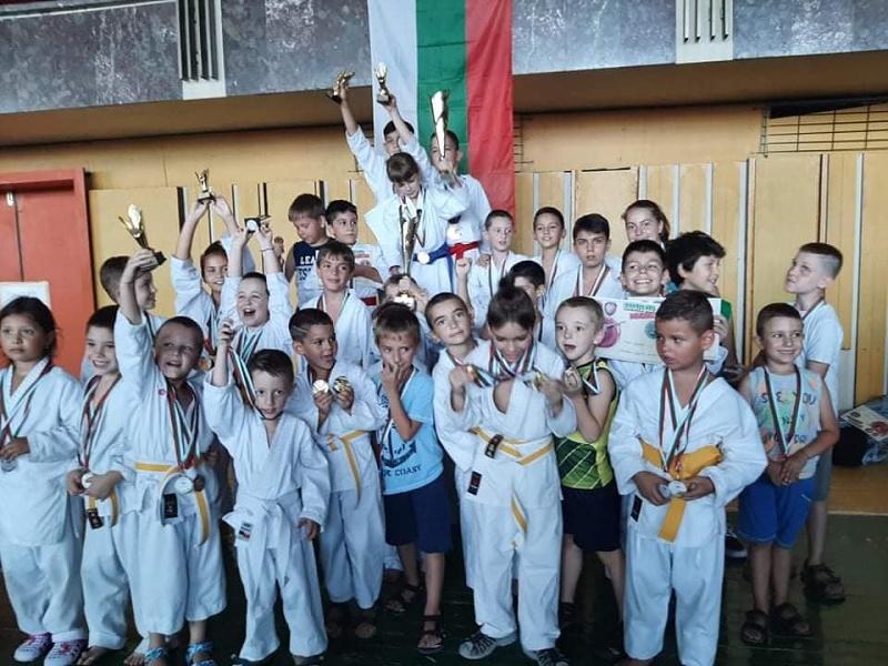 "Карате клуб ""Цанев-Бургас"" спечели 28 медала в един турнир"