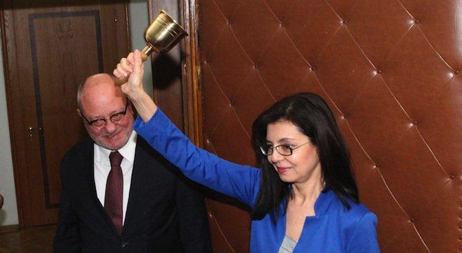 Кунева прие звънеца в Министерството на образованието