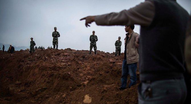 Шест души загинаха при свлачище в Китай