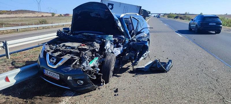 Джип се размаза в камион на магистралата, по чудо няма жертви