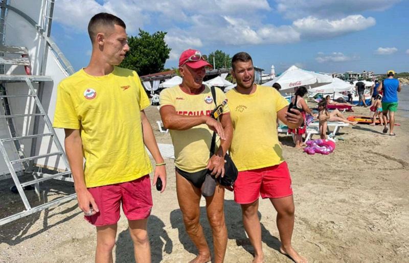 Спасителите, които 45 минути се бореха за живота на плажуващ