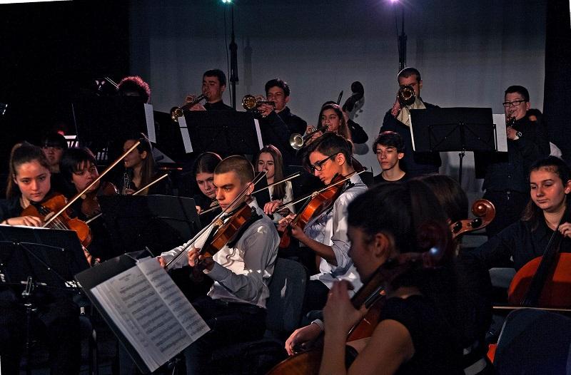 Абитуриенти от Музикалното с концерт за бургазлии