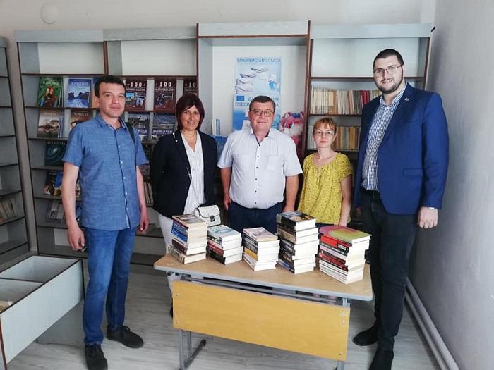 Съдърланд дари книги за библиотеката в Камено