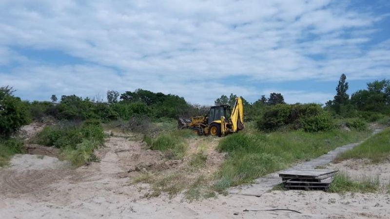 Багер разкопа дюните на плажа в Ахтопол