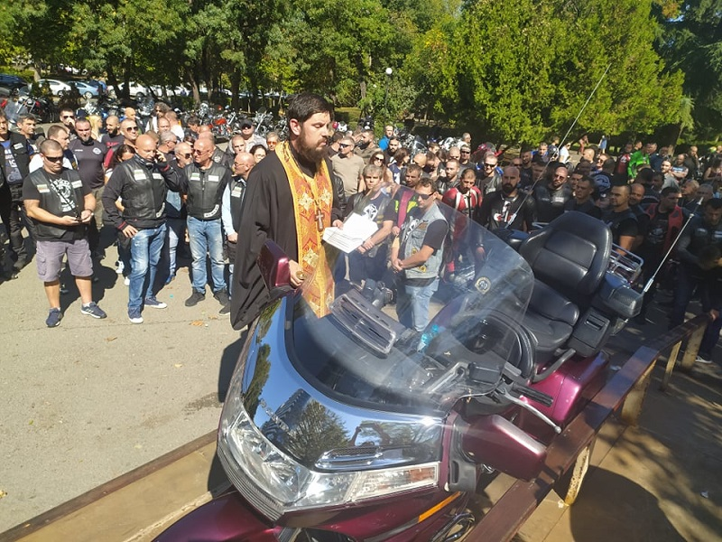 Започна заупокойна молитва за загиналите мотористи в Бургас