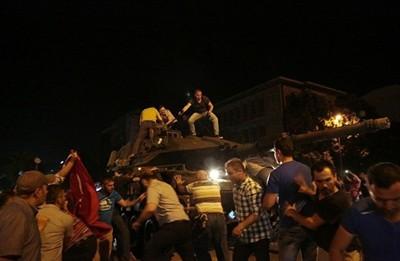 60 убити и 336 задържани при опит за преврат в Турция