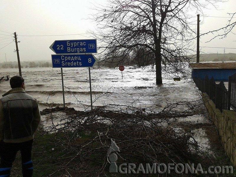 Аварирали автомобили край Дебелт, Велека заля пътя от Ахтопол за Резово