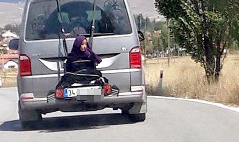 Арестуваха турчин, вързал дъщеря си зад бус