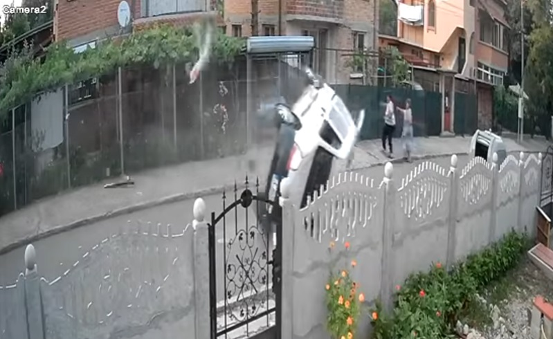 Зрелищна катастрофа пред входа на детска градина в Долно Езерово