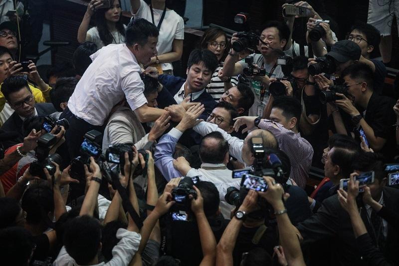 Сбиване в парламента на Хонконг, има пострадали