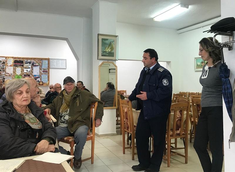 Депутат обяснява на поморийски пенсионери за ало измамници