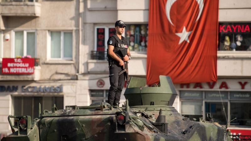 Чистка в Турция:  Арестуваха 6000 генерали, съдии и прокурори