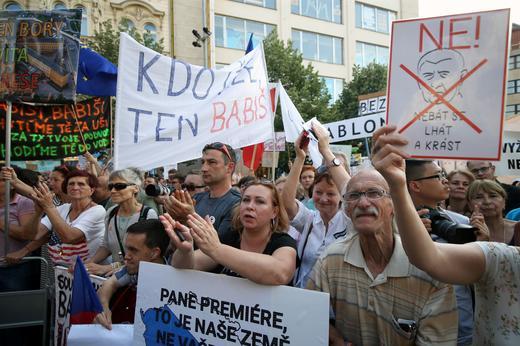 Чешкият кабинет оцеля във вот на недоверие, внесен заради скандал с евросубсидии за премиера