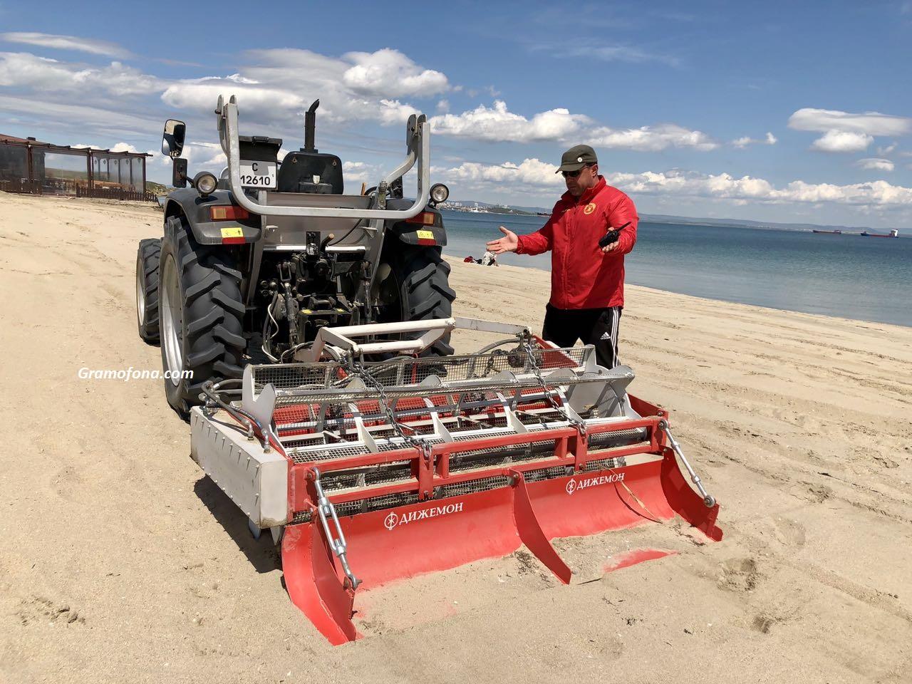 Мощна машина чисти пясъка в Крайморие, за да е приятен за летовниците