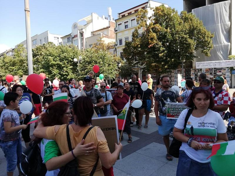 Десетки семейства протестират в този час в Бургас