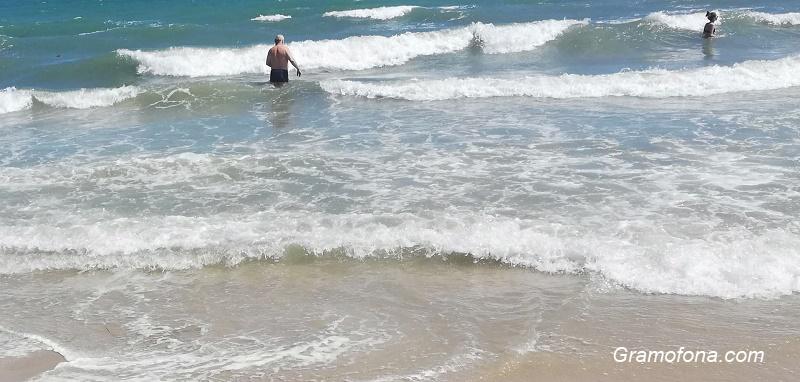 Издирват 14-годишно момиче, изчезнало в бурното море на Варна