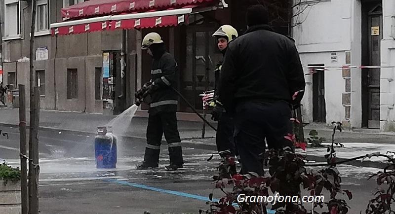 Теч от газова бутилка вдигна на крак пожарникарите