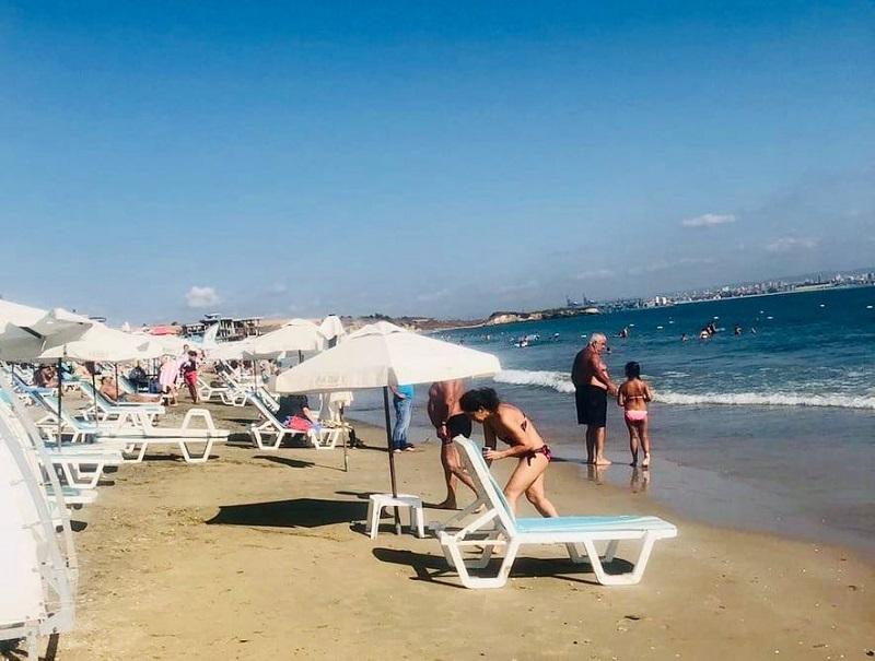 Спокойно море и зелен флаг на плажа в Крайморие