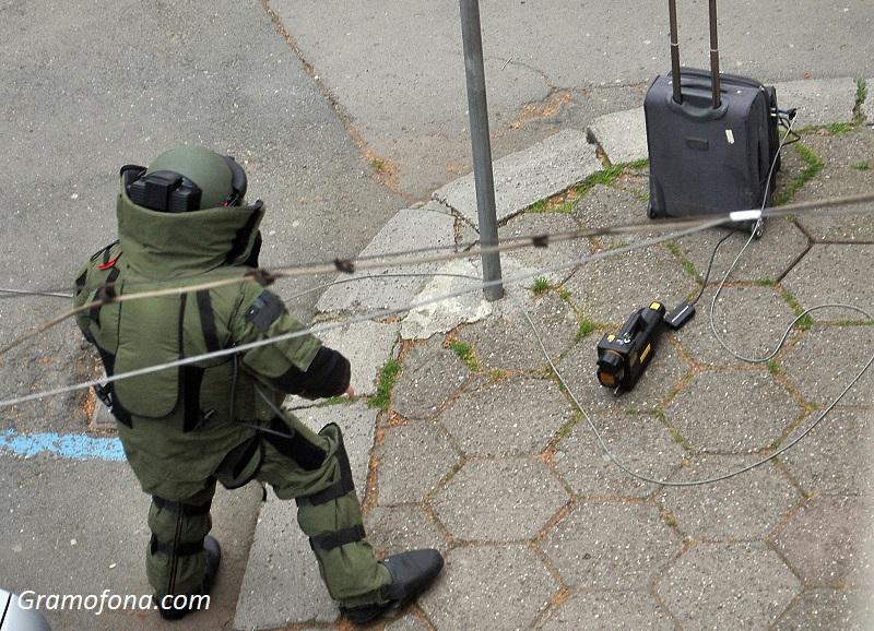 Зарядни за телефони и детски играчки в куфара, който вдигна на крак сапьорите и полицията в Бургас