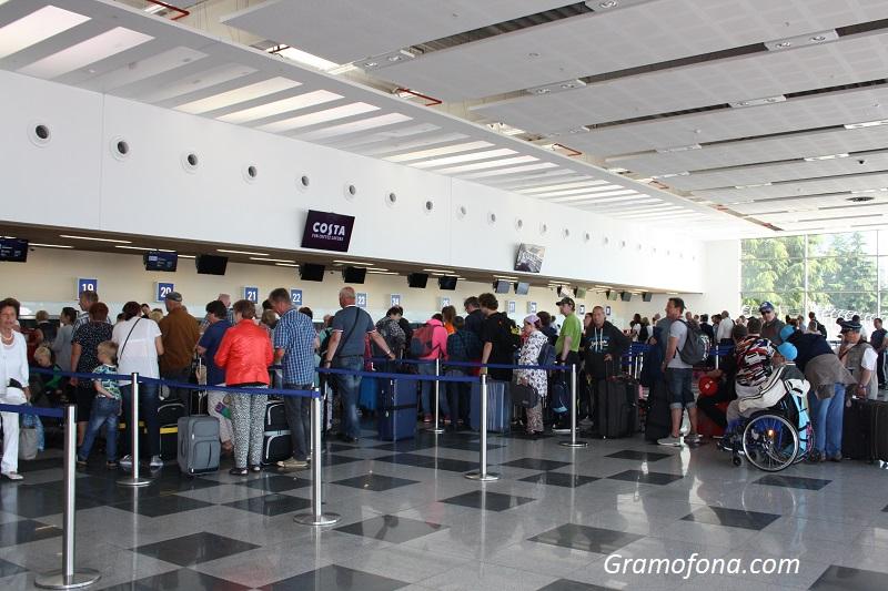 Руски туристи блокирани на летището в Бургас