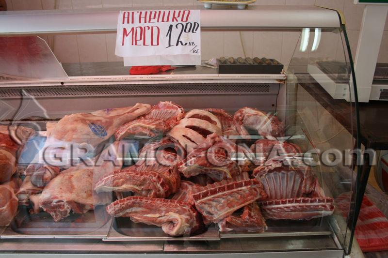 Щандовете в Бургас пращят от агнешко месо, клиенти се ослушват дали да купят