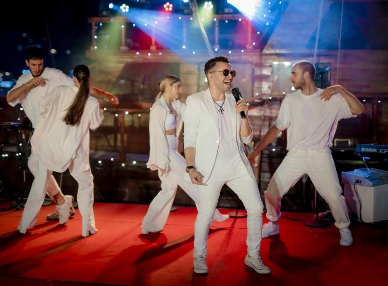 Рафи блестя на Бялото парти на Диневи