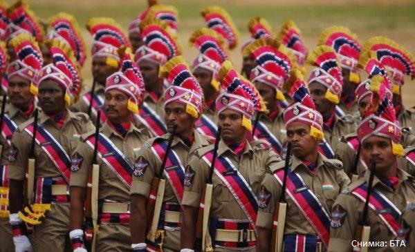Забраниха на индийските полицаи да са усмихнати