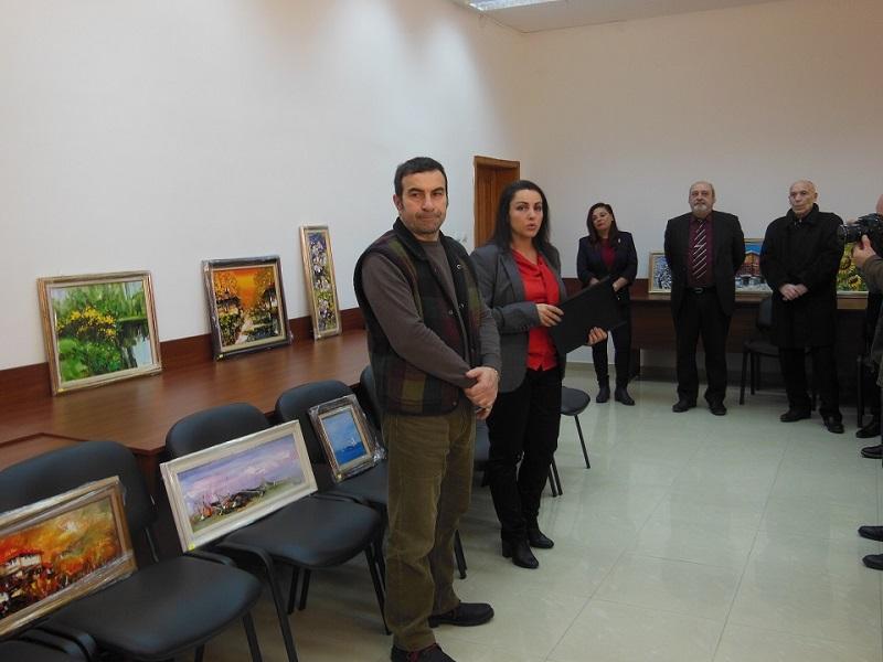 Художникът Румен Райнов подреди картини в Бургаския апелативен съд