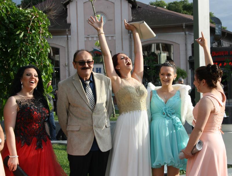 Абитуриентите от Добри Чинтулов пяха народни песни на Тройката