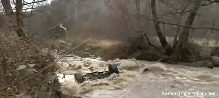 Река отнесе джип край Симитли