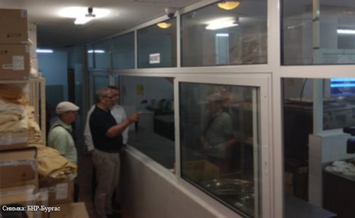 Мухи и ниска хигиена в хотелската кухня на Арабаджиеви