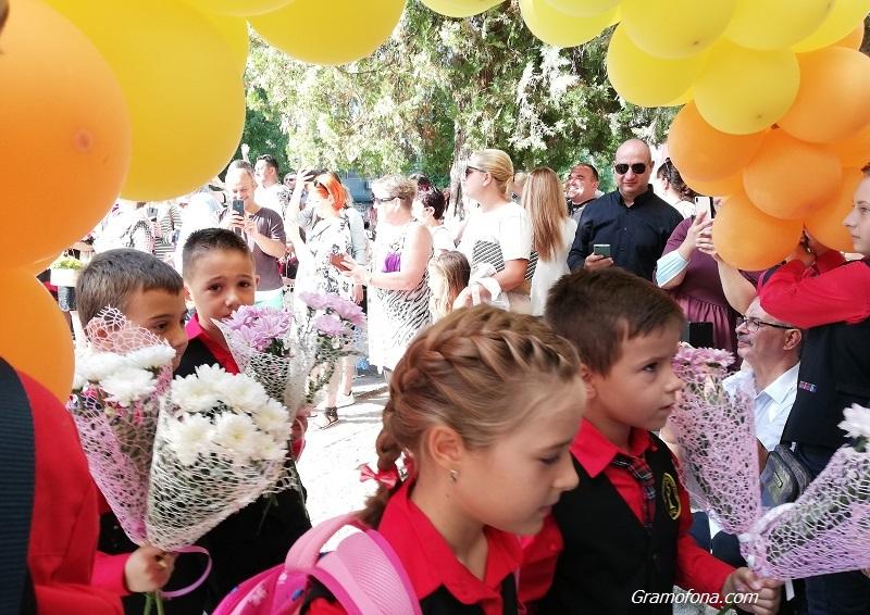 За 3 минути записаха 600 първолаци в бургаските училища