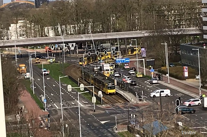 Неизвестен откри огън по трамвай в Холандия, има ранени